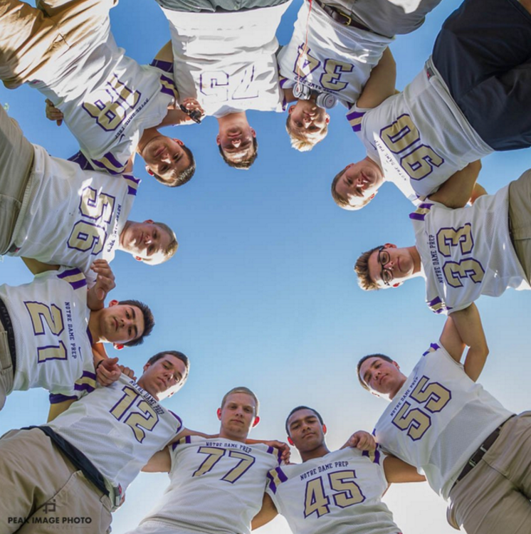 Senior+Football+team+members+pose+around+Photographer+Mike+Harvey%27s+camera
